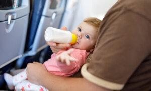 5 consejos para los que tienen que viajar en avión con un bebé